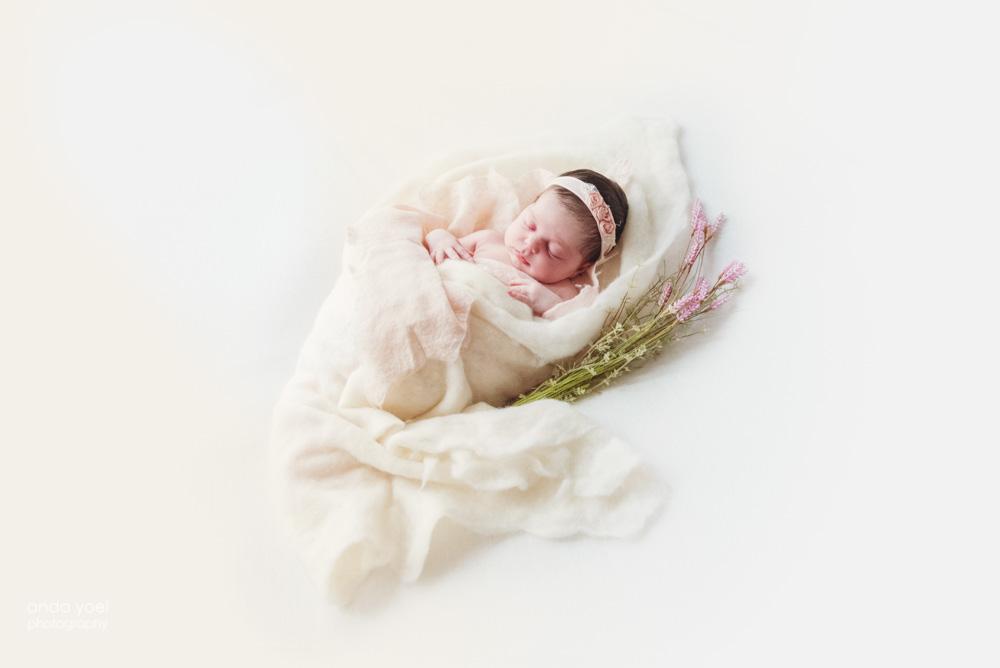 צילומי ניו בורן תינוקת בעיטוף צמר לבן - אנדה יואל