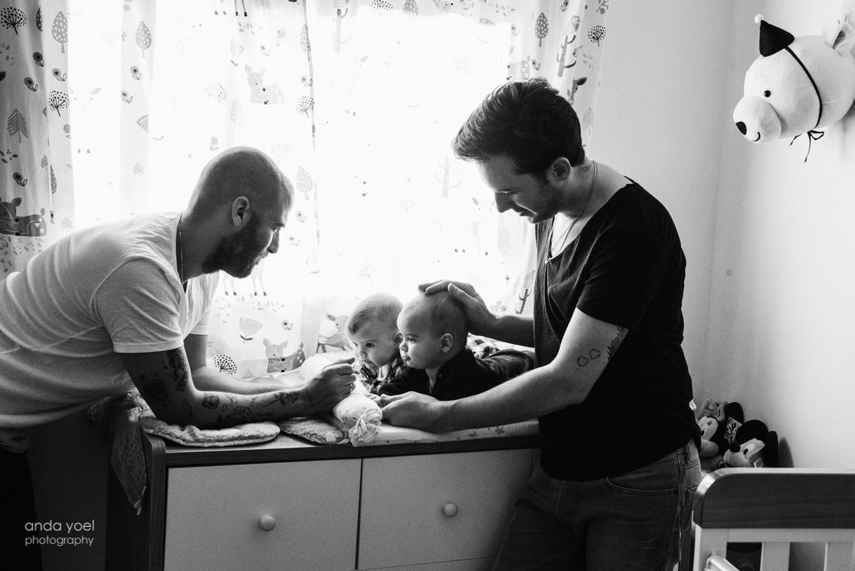 צילומי משפחה לייפסטייל בבית, הורות גאה לתאומים - אנדה יואל