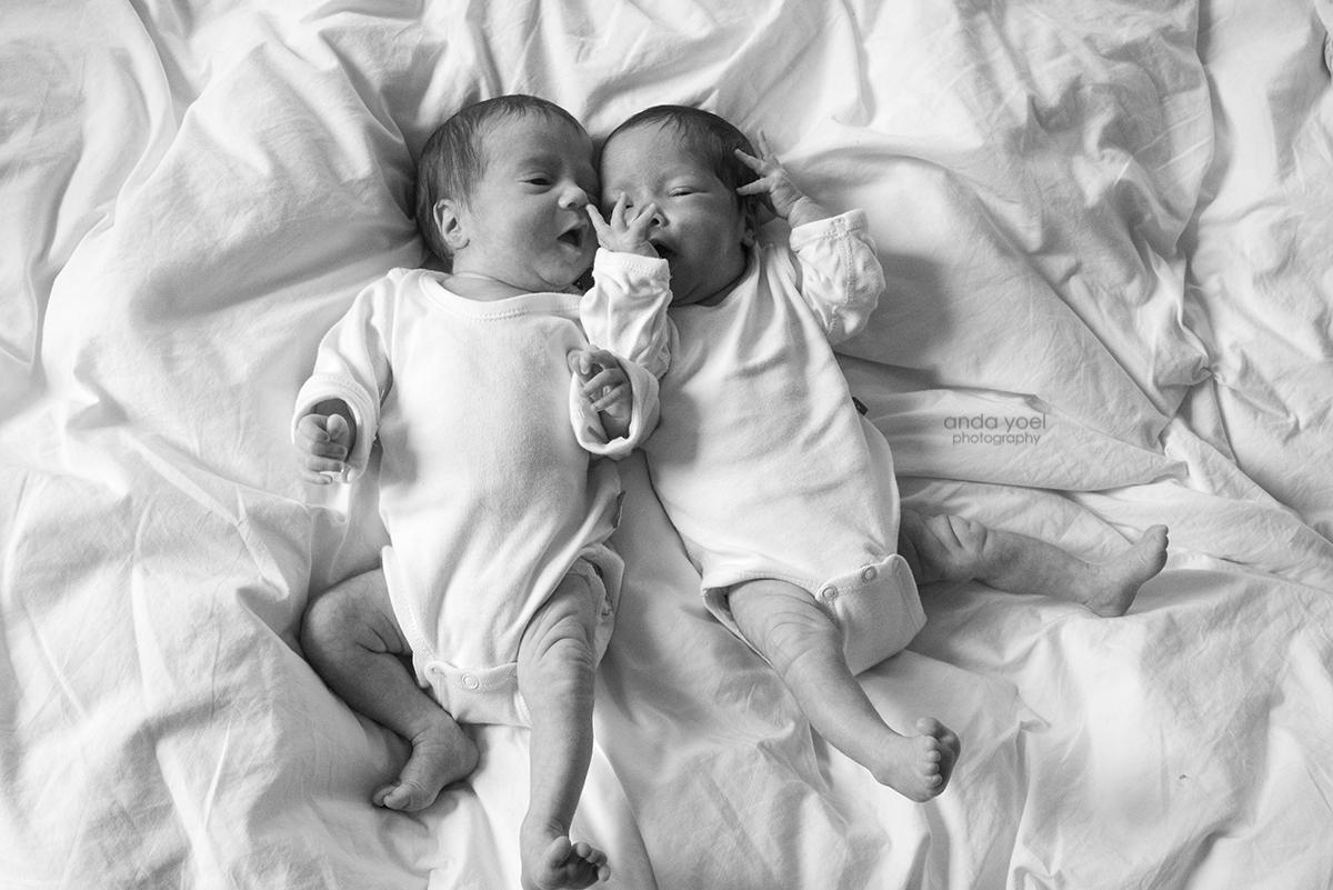 שירנקה ועומר מילר בצילומי ניובורן תאומים בבית - אנדה יואל