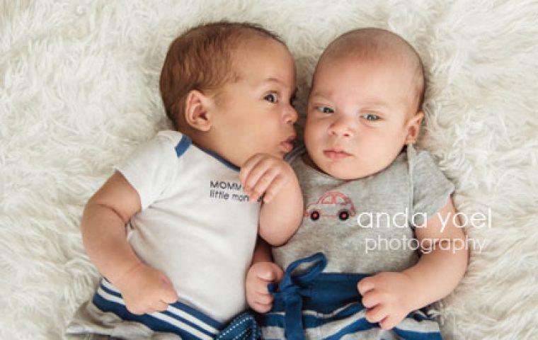 """צלמת תינוקות מתעדת """"שיחת ניובורן תאומים"""" מהרגעים הראשונים"""