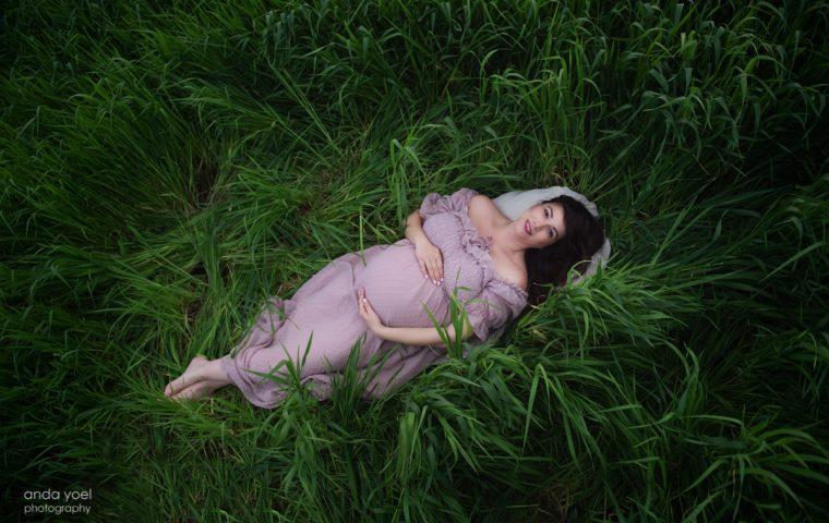 רלי ואלדד לוי זעירא בצילומי הריון קסומים בטבע בפריחת הנקטרינות