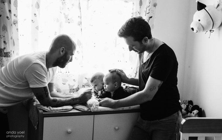 רז ויותם הורים גאים – צילומי משפחה עם תאומים בבית בסגנון לייף סטייל