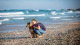 ילדה מחבקת כלב בצילום לבוק בת מצווה בים - אנדה יואל