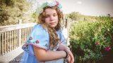 ילדה מביטה למצלמה על רקע גשר עץ בצילומי בוק בת מצווה - אנדה יואל