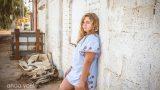 ילדה נשענת על קיר לבנים לבן בצילומי בוק בת מצווה - אנדה יואל