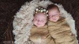 בן ובת ניובורן תאומים עטופים בעיטוף חום התינוקת עם זר על הראש ומחייכת - מסדרת צילומי ניובורן תאומים אנדה יואל