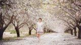 צילומי הריון ומשפחה בטבע במטע שקדיות הריונית מטיילת בין השקדיות - אנדה יואל