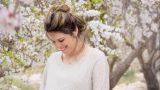 צילומי הריון ומשפחה בטבע במטע שקדיות הריונית מחייכת - אנדה יואל