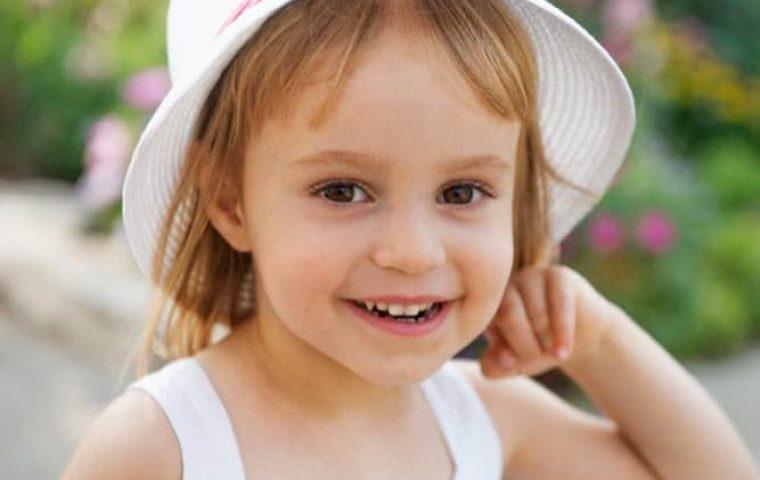 צילום ילדים בטבע בשדה נוריות מדהים